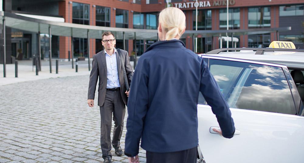 Yritysasiakas menosse taksiin