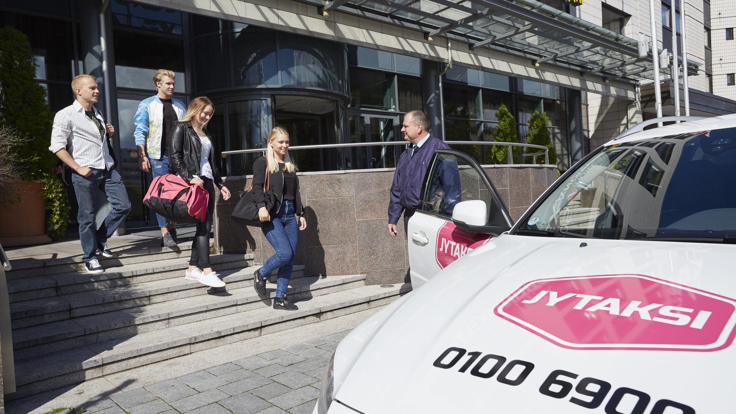 Jytaksi asiakkaat taksinkuljettaja