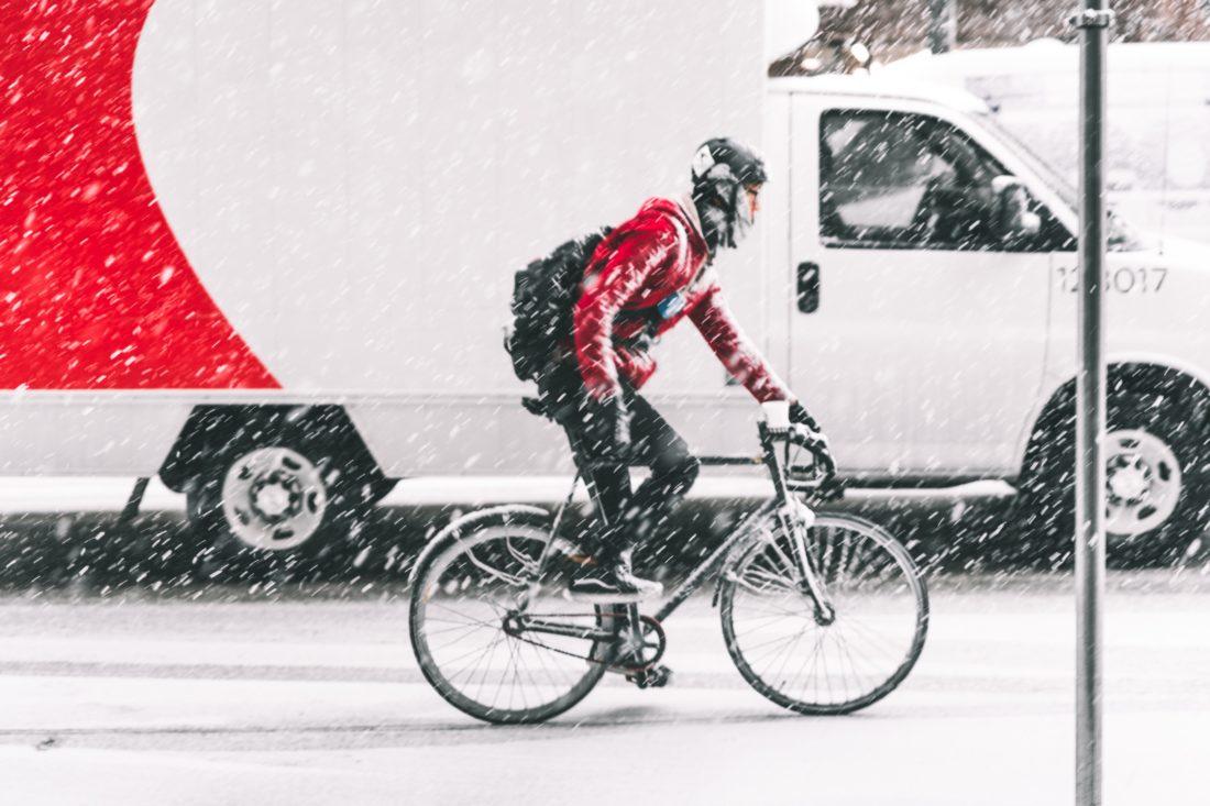 Pakettiauto ja polkupyörä